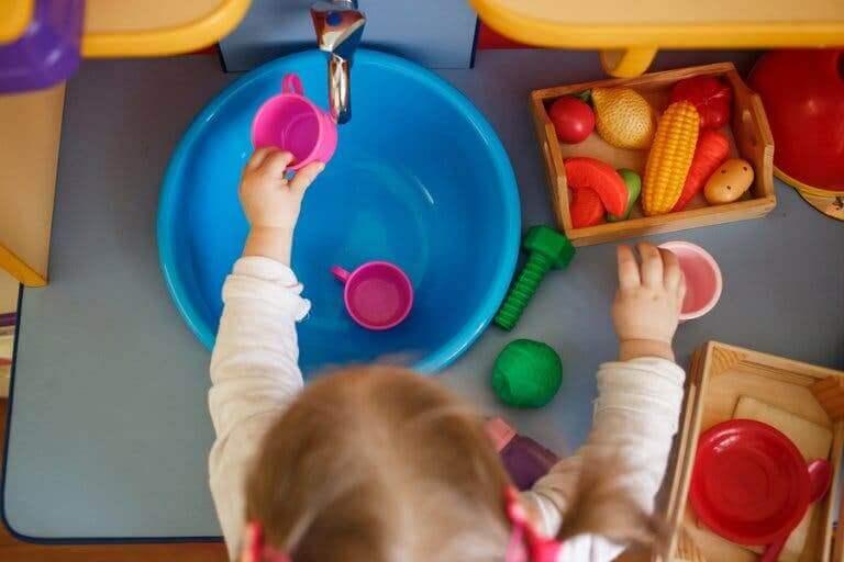 Un enfant jouant à la dînette.