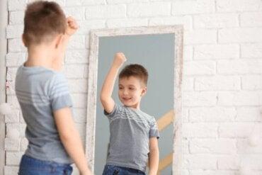 Pourquoi est-il important de véhiculer des messages positifs sur le corps devant les enfants ?