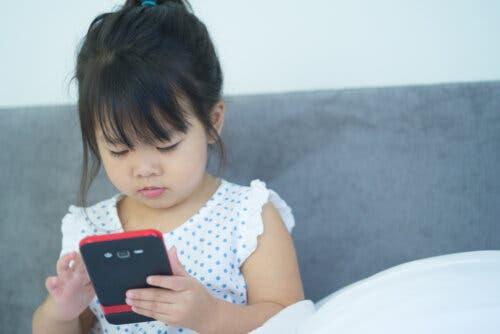 Une jeune fille qui utilise le téléphone portable du père.