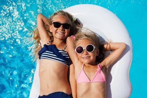 Deux enfants dans la piscine.