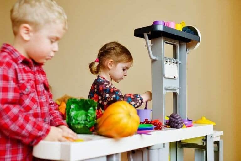 Deux enfants jouant à la dînette.