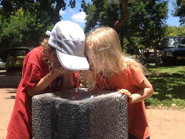 Deux enfants buvant de l'eau