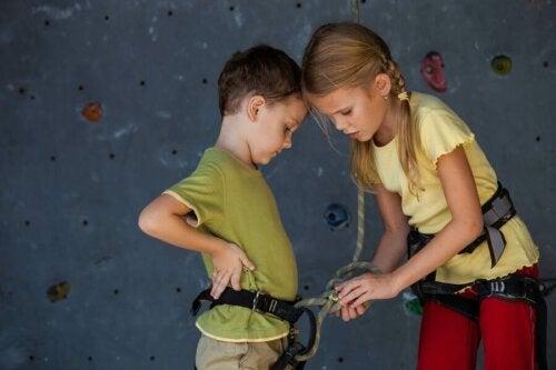 Des enfants qui escaladent.