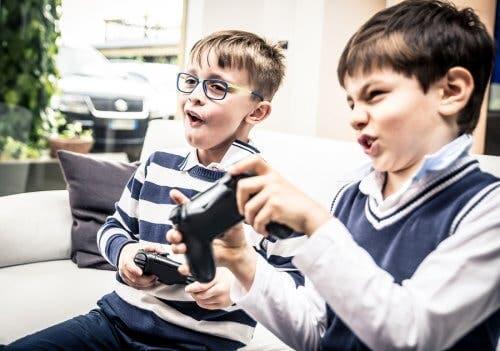 Des enfants qui jouent aux jeux video.