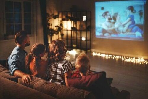 Une session cinéma en famille à la maison