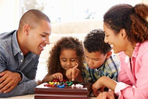 Une famille jouant aux jeux de société ensemble.