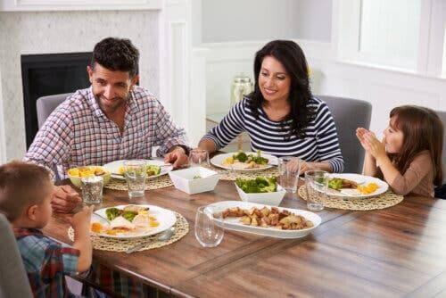 Une famille prenant le repas ensemble.