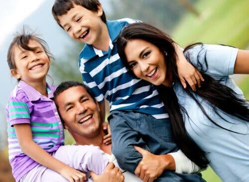 Une famille avec le sourire en promenade à la campagne