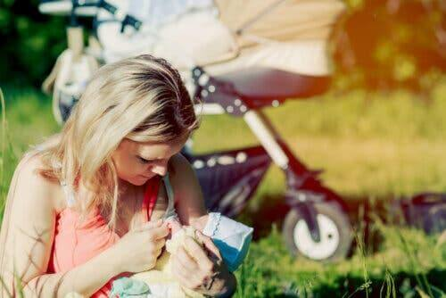 Une femme donnant le sein à son bébé.