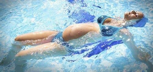 Une femme enceinte dans une piscine.