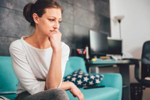 Une femme préoccupée et anxieuse