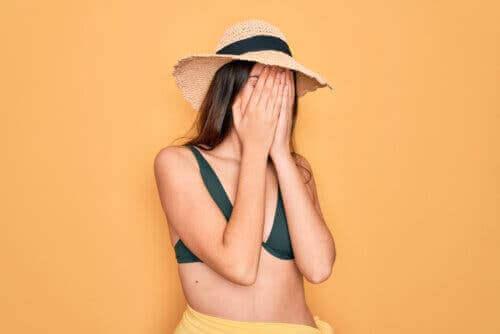 adolescente en maillot de bain ayant honte de son corps
