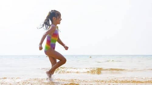 Une jeune fille courant sur la plage.