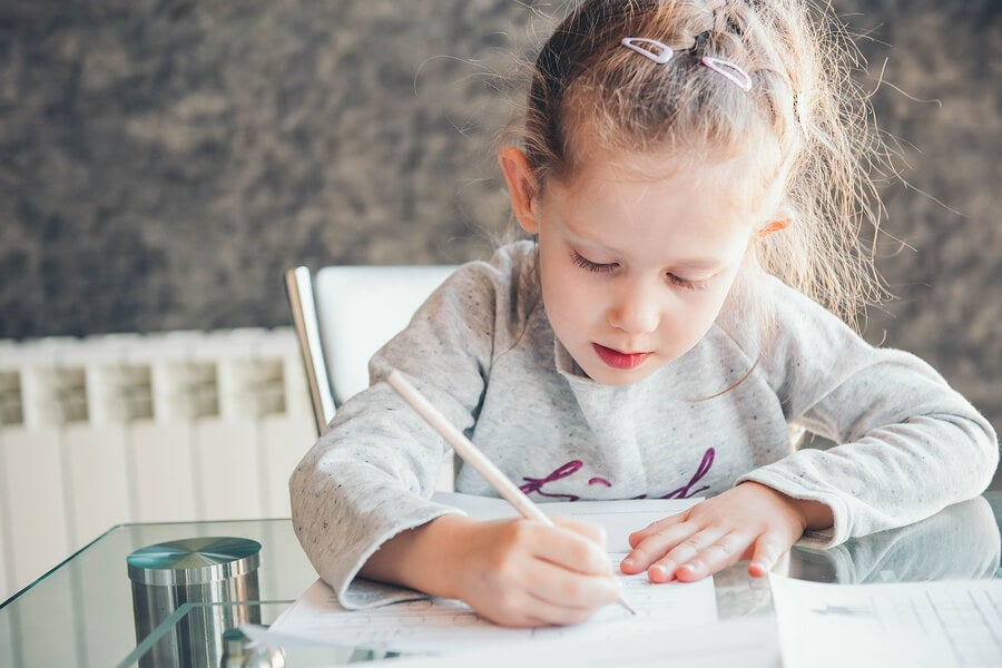 Une petite fille avec un crayon