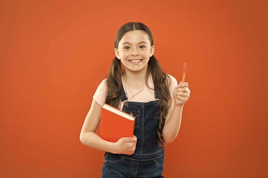 Une fille avec un livre dans les mains