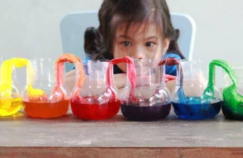 Une fille faisant une expérience avec de l'eau.
