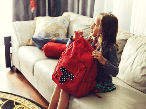 fille avec un sac