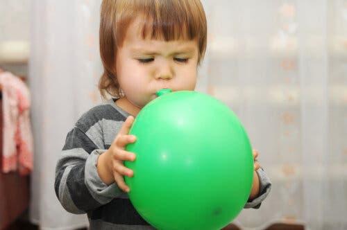 Une jeune fille soufflant dans un ballon
