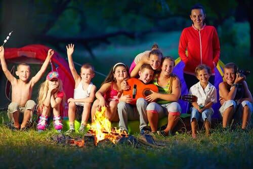 Des enfants faisant du camping.