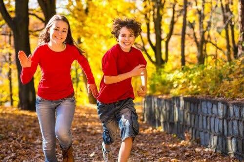Deux jeunes qui courent.