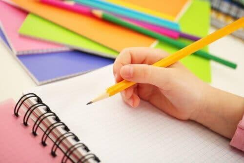 Un crayon et du papier.