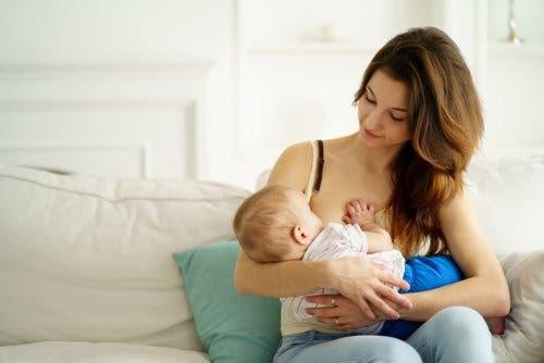 Une maman et son bébé pendant l'allaitement maternel au sein.Une maman et son bébé pendant l'allaitement maternel au sein.