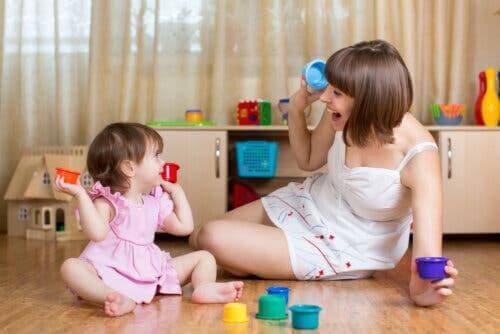 Une mère et sa fille jouant ensemble