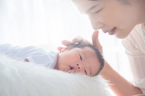 mère caressant son bébé