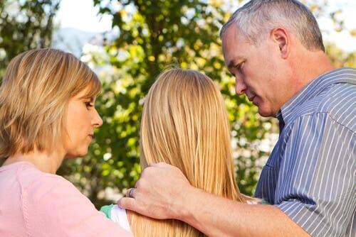 Des parents discutant avec leur fille.