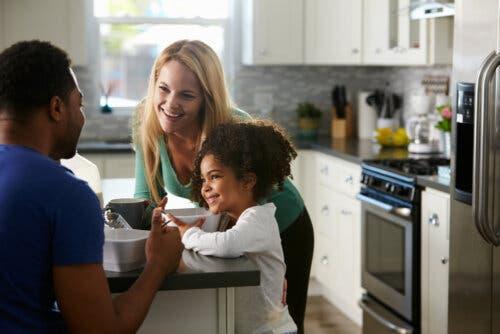 parents discutant avec leur fille