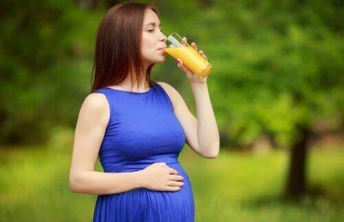 La peau de la femme enceinte en été.