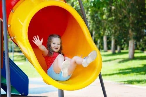 Une petite fille au parc.