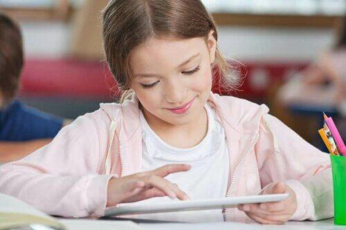 Une petite fille sur une tablette