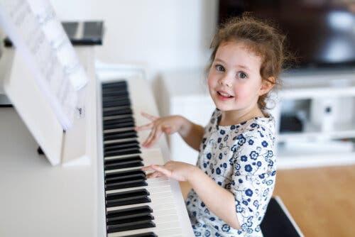petite fille qui joue du piano