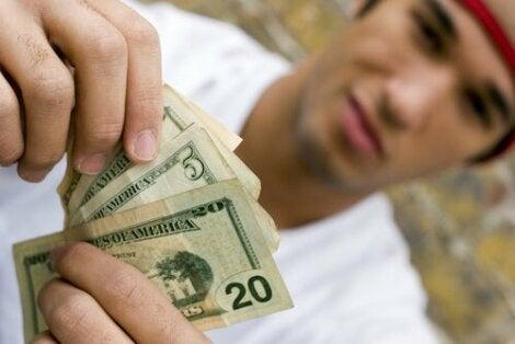 Un adolescent tenant de l'argent.