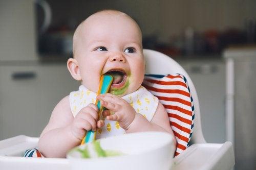 Un bébé heureux de manger.
