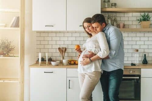 Une femme enceinte enlacée par son mari.