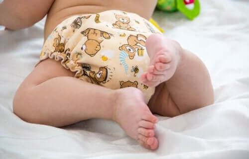 Une couche lavable sur un bébé.
