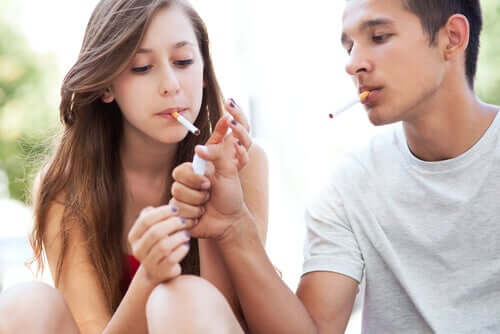 Un couple de jeunes fumant.