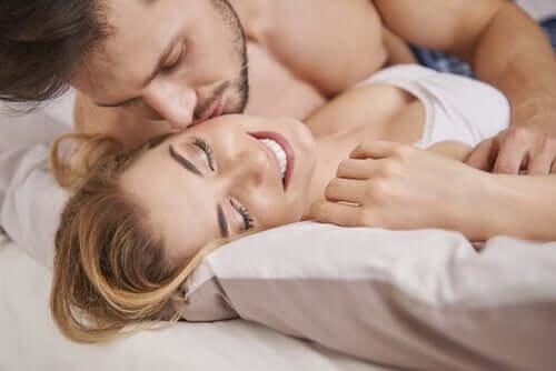 Un couple au lit.