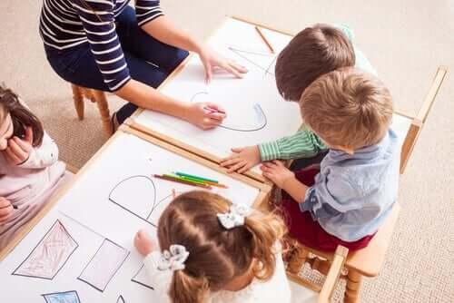 Des enfants dessinant.