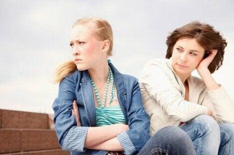 Une adolescente tournant le dos à sa mère.
