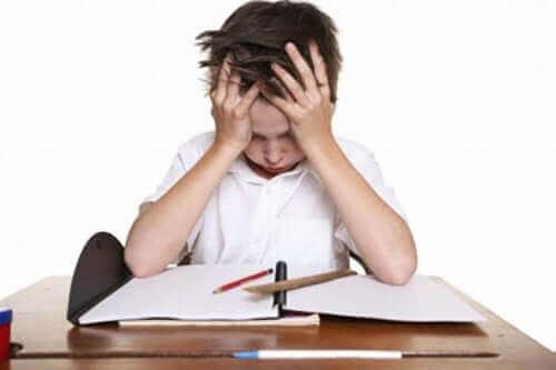 Un enfant se tenant la tête.