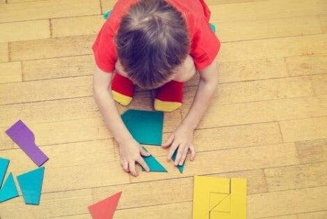 Un enfant avec un casse-tête.