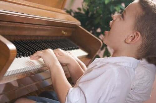 Un enfant jouant du piano.