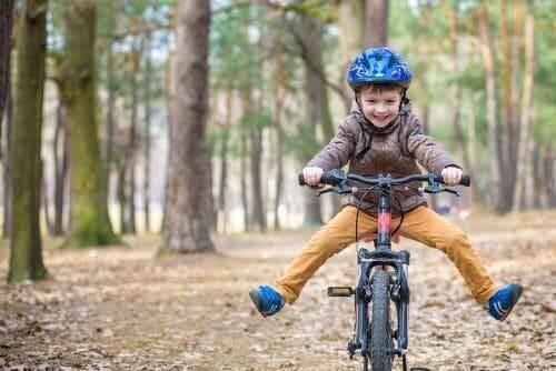 Un enfant faisant du vélo dans une forêt.