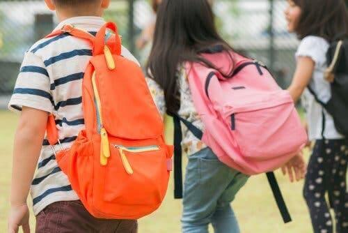 Des enfants allant à l'école.