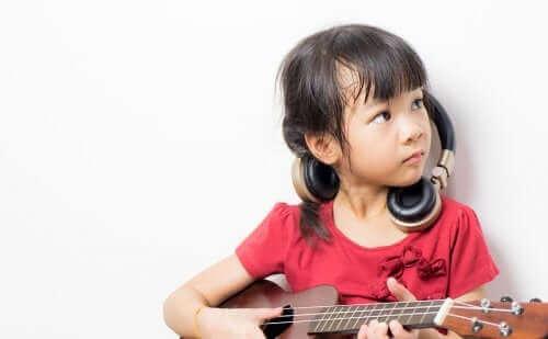 Une fille jouant de la guitare.