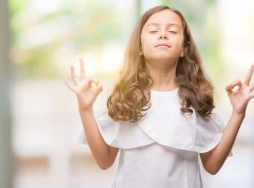 Une fille effectuant une posture de yoga.