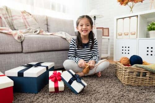 Une jeune fille ouvrant ses cadeaux.